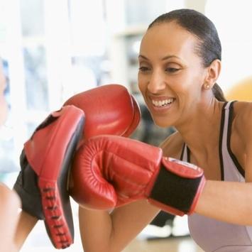 Praticar boxe ajuda a queimar gorduras e eliminar o estresse do dia a dia