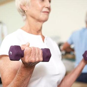 Musculação ajuda pessoas idosas a ganhar massa e a manter o corpo forte e com mobilidade