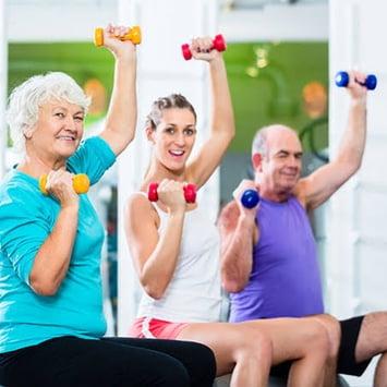 Treino muscular e caminhada intercalados ajudam a melhorar a saúde dos idosos, aponta estudo